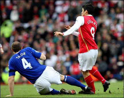 Фото.  Жуткие футбольные травмы (15 фотографий).