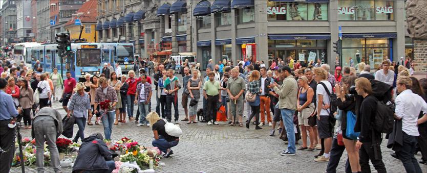 SAMLES I SORGEN: I hele Oslo samles folk for å vise sin respekt. Uten for Oslo Domkirke er kanskje aller flest. Foto: Pernille V. Dvergedal