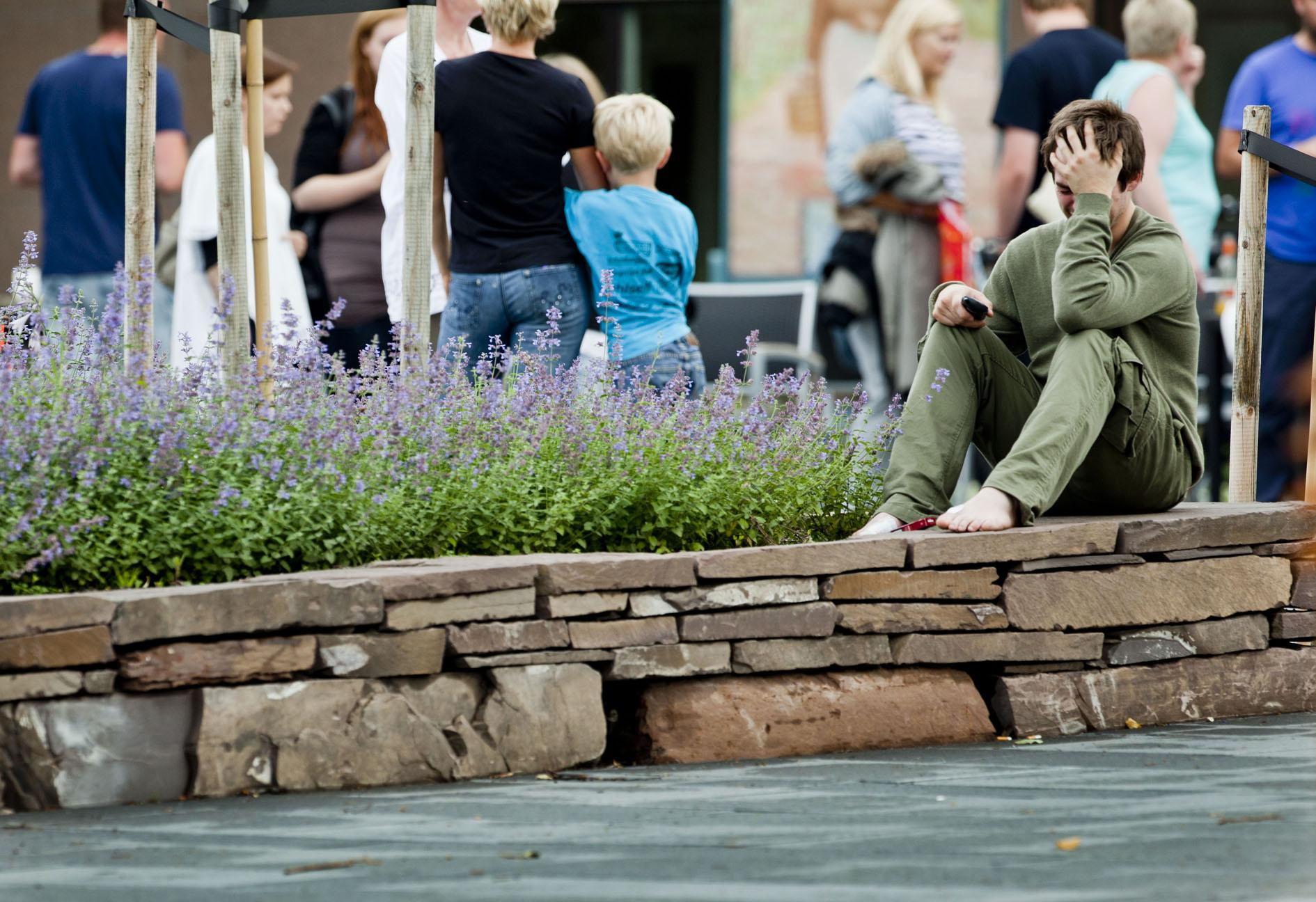 MARERITT: Thorbjørn Vereide (i grønt) opplevde marerittet. Nå er han på Sundvollen med de andre pårørende. Foto: Sara Johannesen, VG.