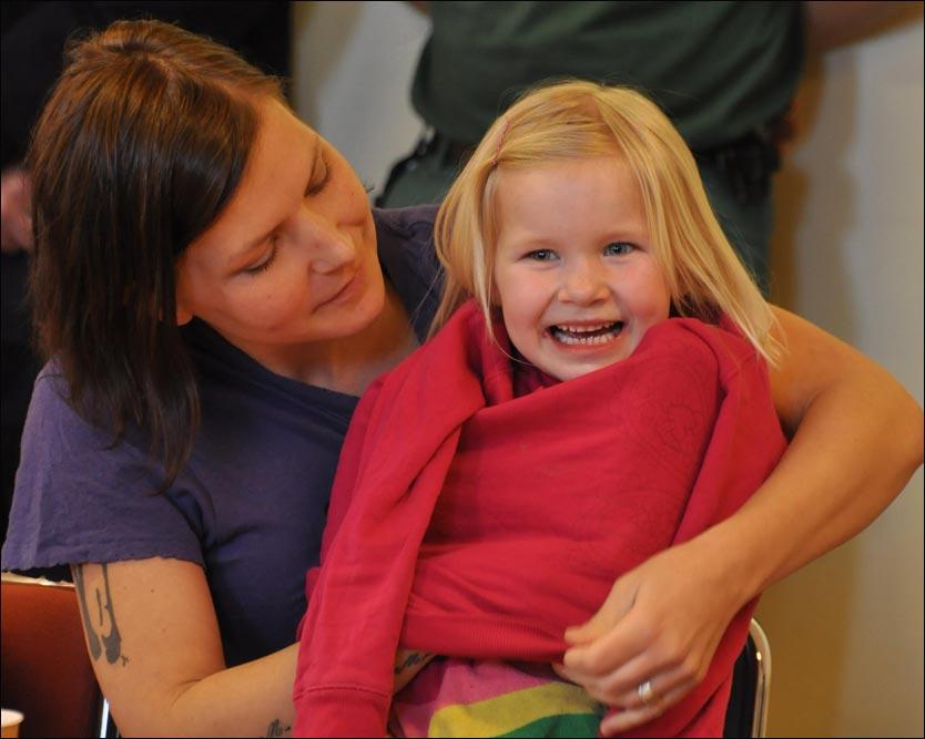 Pärla – I nesten 20 minutter kjempet Elin Molèn for å få hull på isen, slik at hun kunne redde sin 6 år gamle datter opp fra isvannet! thumbnail