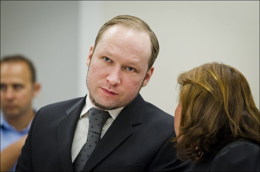 OPPSPINN: Politiet mener Anders Behring Breivik lyver om Knights Templar. Her er han i samtale med forsvarer Vibeke Hein B&aelig;ra. Foto: NTB scanpix