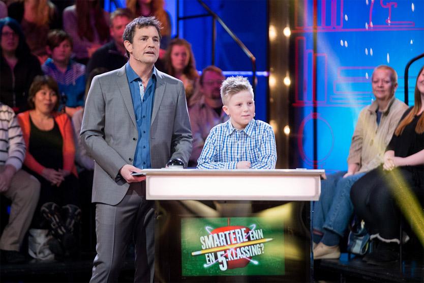 LØRDAGSUNDERHOLDNING: Sturla Johansen og en av femteklassingene i TV 2s nye program. Foto: THOMAS REISÆTER, TV 2