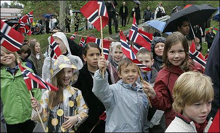 REGN IGJEN?: Barna i klasse 3B på Hallagerbakken skole i Oslo måtte gå i tog i regnvær ifjor. I år risikerer østlandsområdet regn igjen. Foto: Scanpix