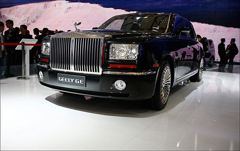 KOPI? Geely hevder å ha «gjenoppfunnet klassikeren», men nå konsulterer Rolls-Royce-sjefene advokater som gransker både lovverk bilen som står på Shanghai Motor Show. Foto: Reuters