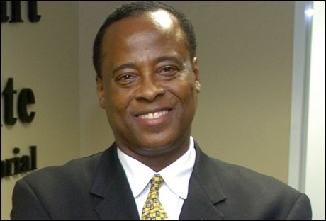 JACKSONS LEGE: Dr. Conrad Murray var Michael Jacksons private hjertespesialist, og trolig den siste som s&aring; popkongen i live. N&aring; skal han v&aelig;re mistenkt for uaktsomt drap. Foto: AP