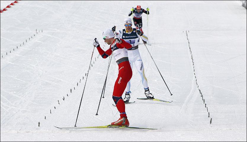VENTET PÅ HELLNER: Etter å ha hysjet på publikum snur Petter Northug seg rundt, og venter på svenske Marcus Hellner på målstreken. Foto: Scanpix
