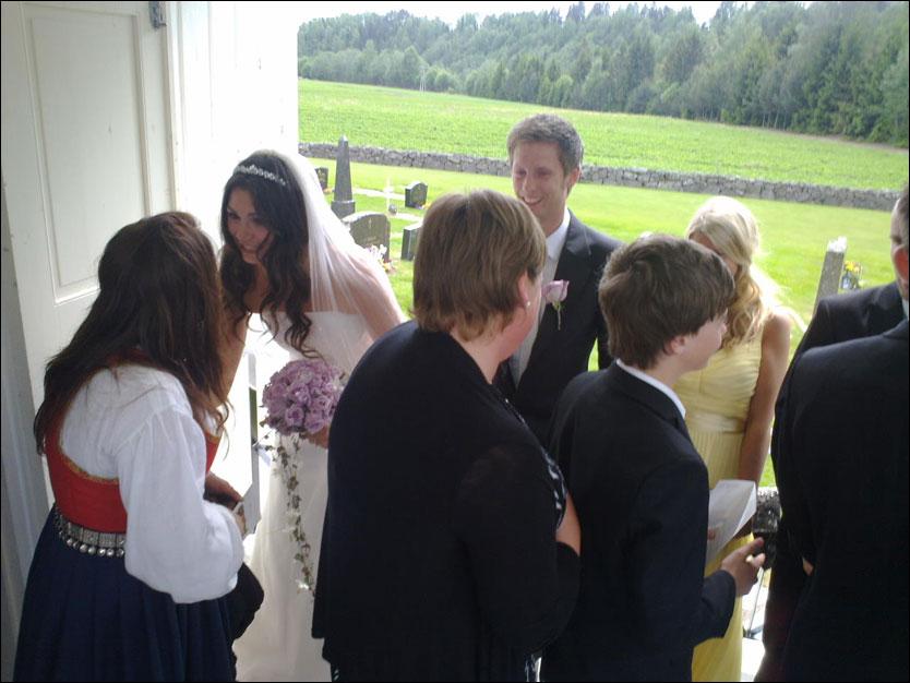 GIFTET SEG I DAG: Silje Hvarnes og Gaute Grøtta Grav hilser på gjestene i bryllupet i Larvik. Foto: Lisa Mari Moen Jünge