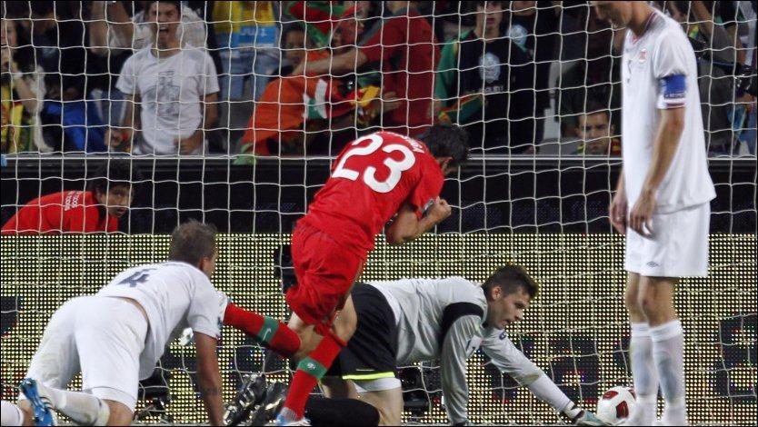 POSTIGA SCORER: Helder Postiga setter inn 1-0 til Portugal. Rune Jarstein når ikke frem mens Vadim Demidov og Brede Hangeland fortviler. Foto: AP