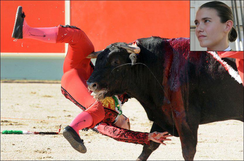 OKSEHEVN: Matadoren Conchi Rios ble alvorlig skadet etter at hun ble truffet av denne oksen under et tyrefekterstevne i Frankrike søndag. Oppe i høyre hjørnet er Rios avbildet søndag før hun gikk ut i ringen og ble angrepet av oksen. Foto: AFP
