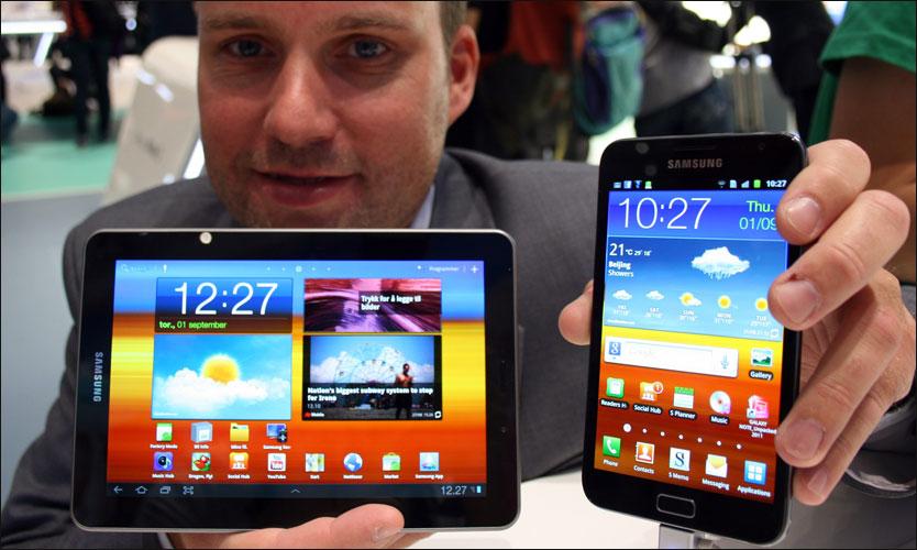 Stig-Ove Langø i Samsung viser frem nettbrettet Samsung Galaxy Tab 7 ...