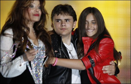 Paris Jackson hyllet pappa i «Thriller»-jakken, alle Michael Jacksons barn var med på hyllesten til popkongen! thumbnail