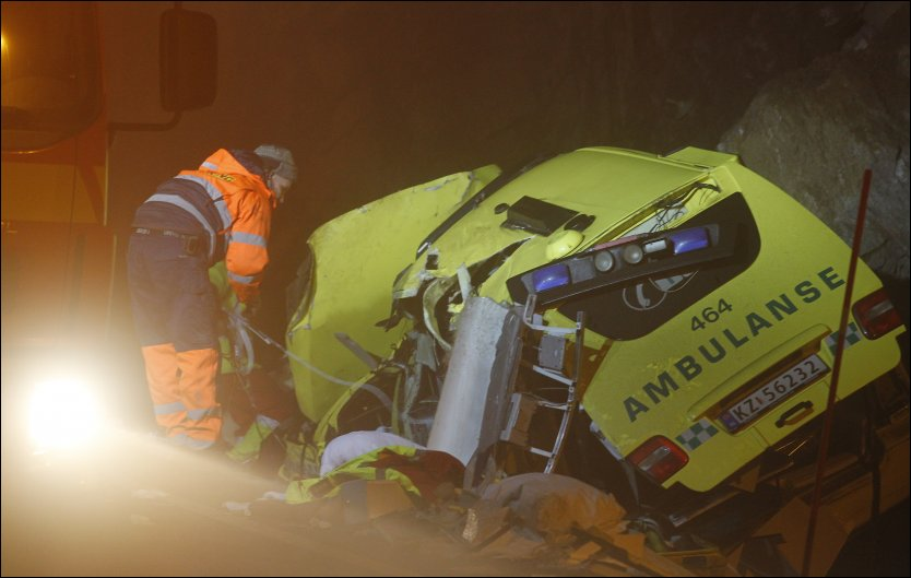 TÅKE: Ifølge vitner skal det ha vært tjukk tåke på stedet da ambulansen kjørte av veien og inn i fjellveggen. Foto: Scanpix