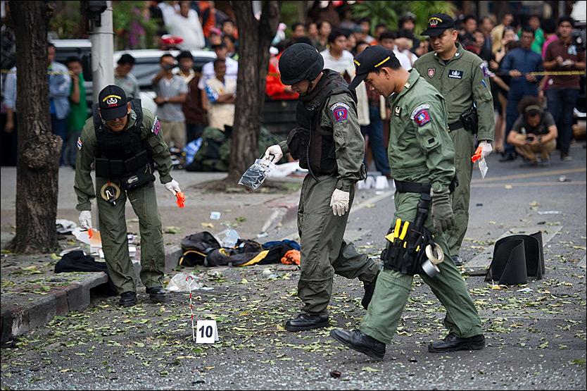 EKSPLOSJON: To bomber skal ha gått av i Thailands hovedstad Bangkok tirsdag. En iransk mann skal ha blitt alvorlig skadet da forsøkte å kaste en bombe mot politiet. Foto: AFP