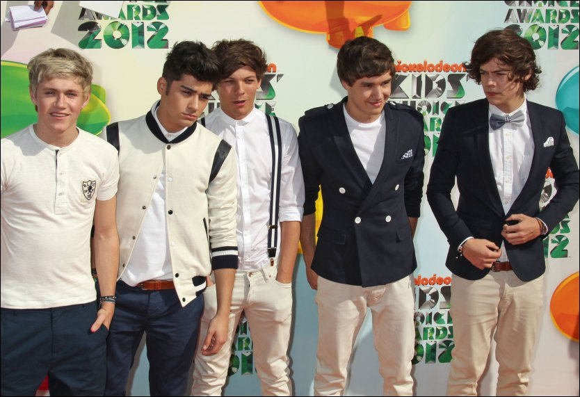 BERØMT I REKORDFART: Niall Horan, Liam Payne, Harry Styles, Zayn Malik og Louis Tomlinson i britiske One Direction. Her på en musikkgalla i Los Angeles i mars. Foto: AFP