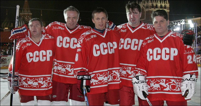 DE FEM STORE: Vladimir Krutov (f.v.), Vyacheslav Fetisov, Igor Larionov, Alexei Kasatonov og Sergei Makarov poserer i forbindelse med en oppvisningskamp i Moskva for seks &aring;r siden. Foto: IVAN SEKRETAREV/AP