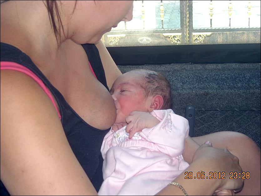 REDNINGSPUPPEN: Puppen til danske Maria Kristensen ble redningen for den snaut en dag gamle tyrkiske jentebabyen. Foto: Privat