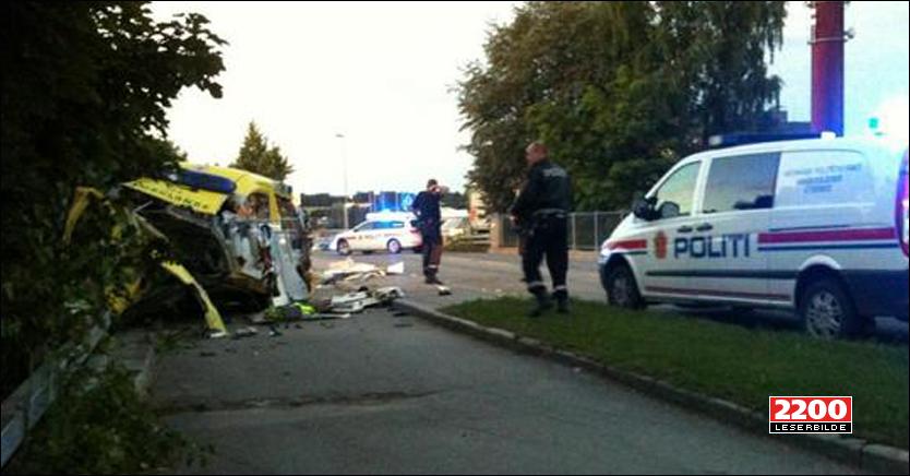 STJAL OG KRASJET: Slik endte ferden etter at en mann stjal en ambulanse fra Legevakten i Hamar. Foto: Morten Brendlien