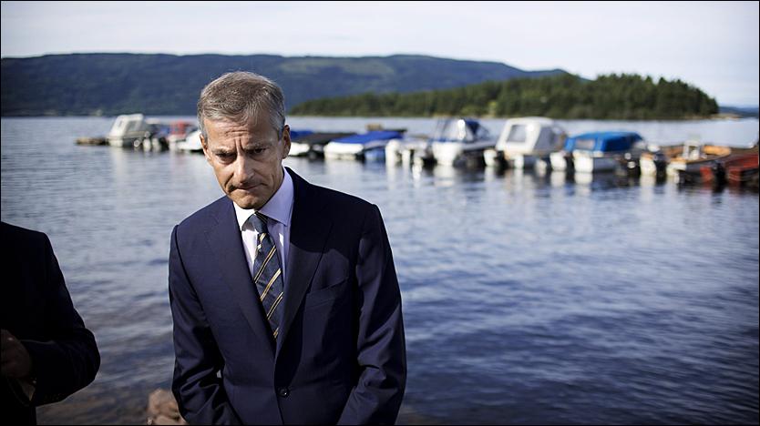 - SPESIELL FØLELSE: Utenriksminister Jonas Gahr Støre var besøkte Utvika søndag morgen. I dag vil AUF-ere og pårørende og etterlatte reise over til Utøya. Foto: Kyrre Lien / VG