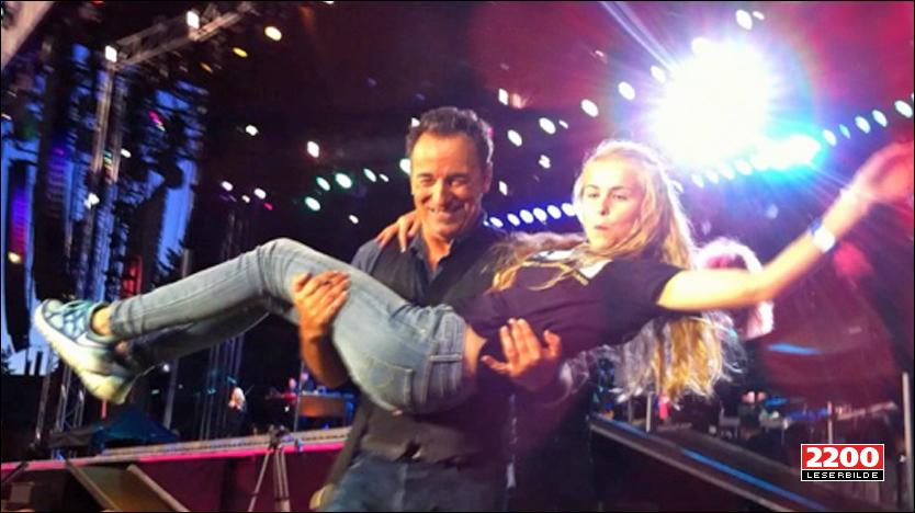 MINNE FOR LIVET: Her blir Guro Herfoss (13) båret av scenen etter dansen med Bruce Springsteen lørdag. Storesøster Line foreviget øyeblikket med kamera. Foto: Linn Herfoss