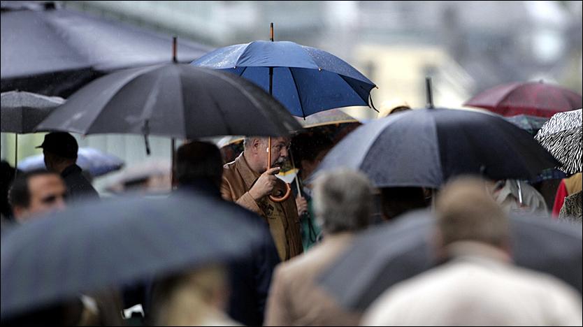 FINN FREM PARAPLYEN: Bergensere er vant til at det regner. Det neste døgnet får de en ny dose av vann fra oven. Foto: