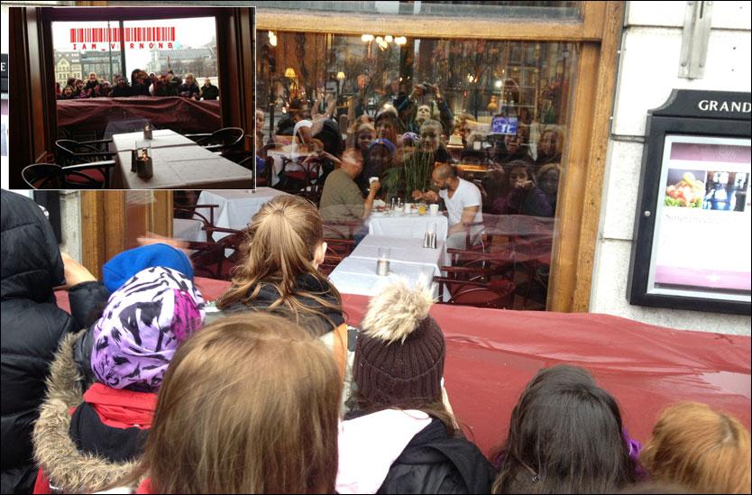 INN OG UT: Vernon Burris (t.h.) nyter en frokost på Grand med en gruppe beliebers som tilskuere. Foto: OLA MJAALAND / PRIVAT.